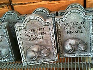 """Grabsteine für Katzengräber, beschriftet mit """"Gute Zeit im Katzen Himmel"""""""