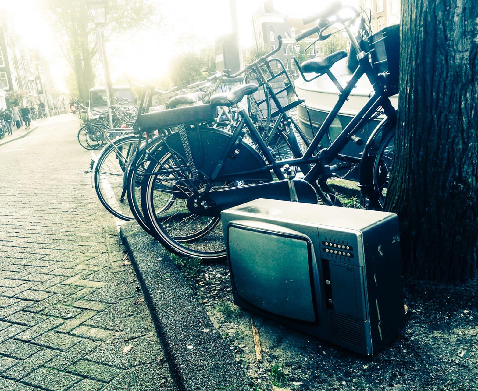 alter Fernseher am Straßenrand