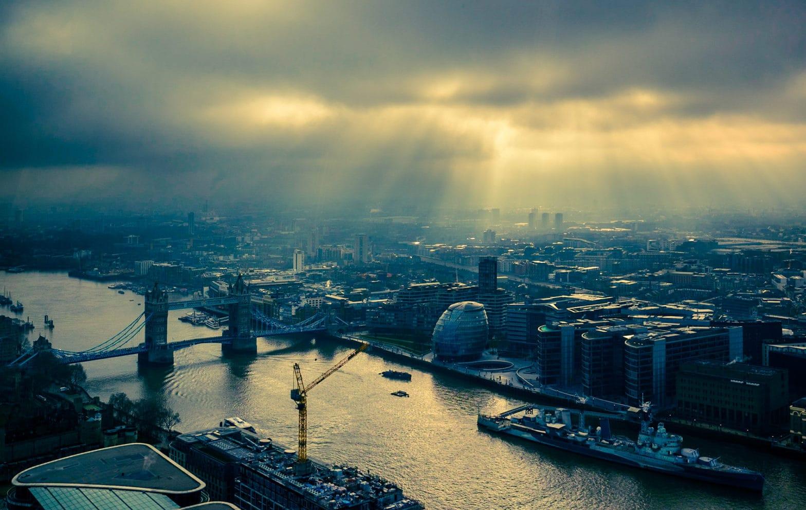 Luftbild zeigt Themse und Tower Bridge in London