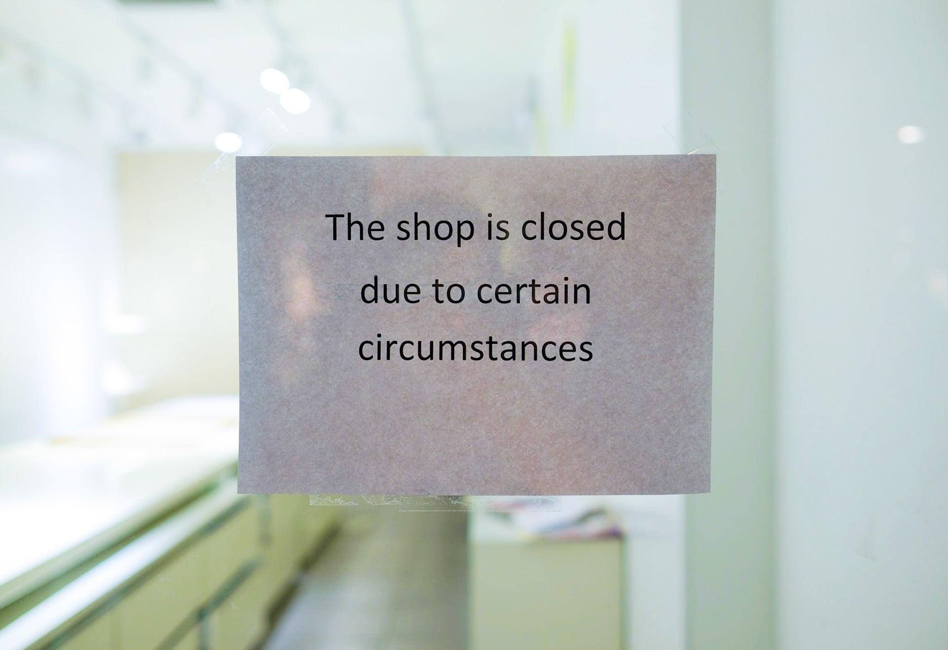 Englischsprachiger Aushang weist auf Ladenschließung aus besonderen Gründen hin.